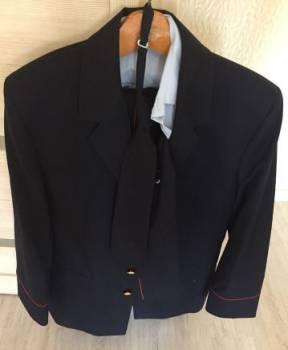 Форма полиции, мужское пальто и кроссовки