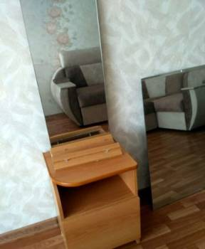 Тумбочка и зеркало