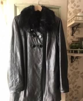 Майка алкоголичка черная на девушке, кожаная куртка с мехом