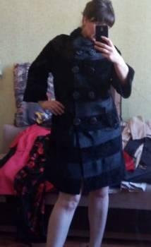 Меховое пальтишко, черное платье с розами на юбке